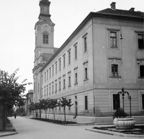 a Karmelita templom és a Maulbertsch-kút.